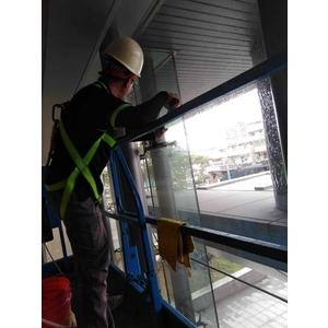 挑高玻璃工作平台車作業-潔新實業有限公司