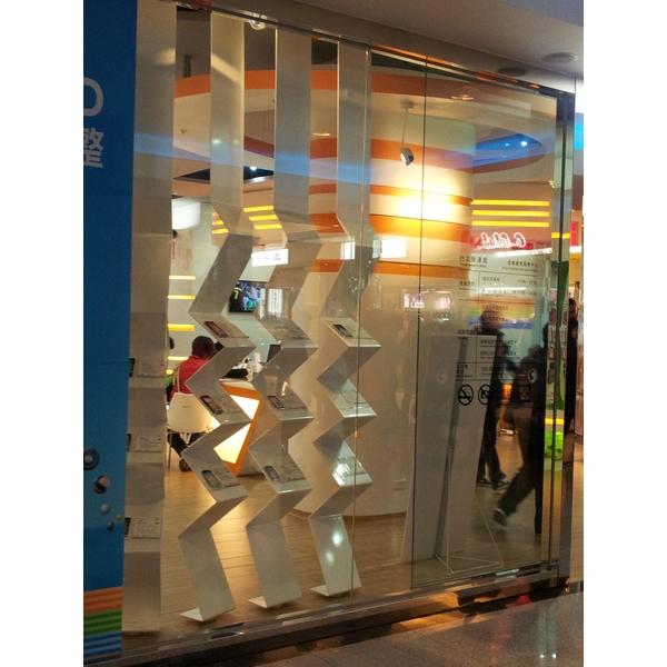 櫥窗金屬造型展示架-振揚金屬設計工程行-新北