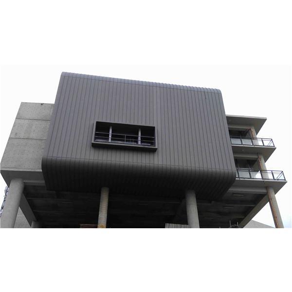 東和鋼鐵鈦鋅板大樓