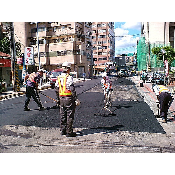 柏油道路瀝青舖設施工