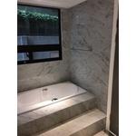 浴室牆面及浴缸