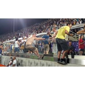 義大利佛羅倫薩足球場採用美國伊士曼首諾Saflex DG 超高強度中間膜作外露欄杆膠合安全玻璃.