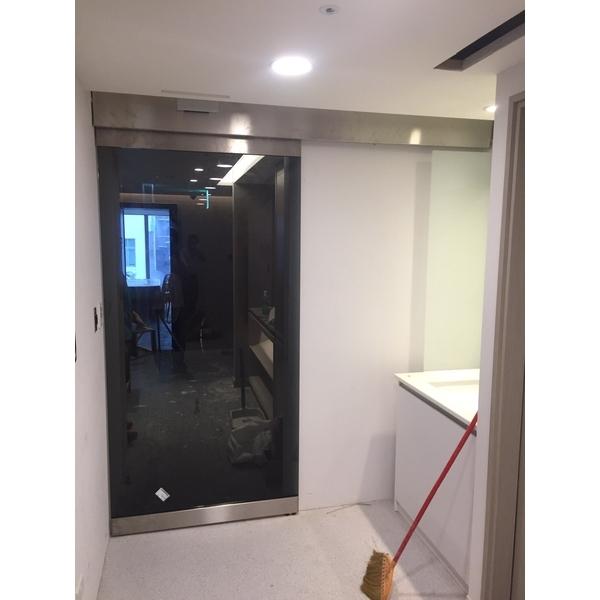 不鏽鋼毛絲黑玻璃自動門
