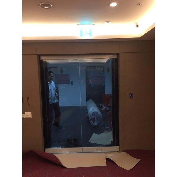 不鏽鋼毛絲黑玻璃自動門1