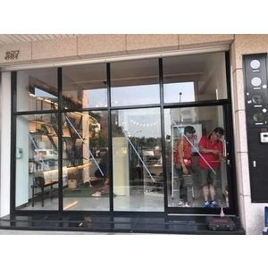 玻璃落地櫥窗
