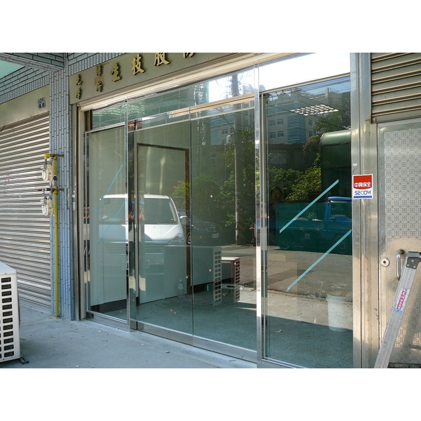 亮面不銹鋼框玻璃自動門門面-牧村自動門-新竹