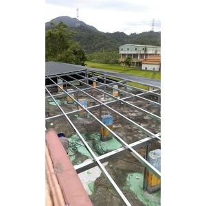 琉璃鋼瓦斜屋頂施工中.