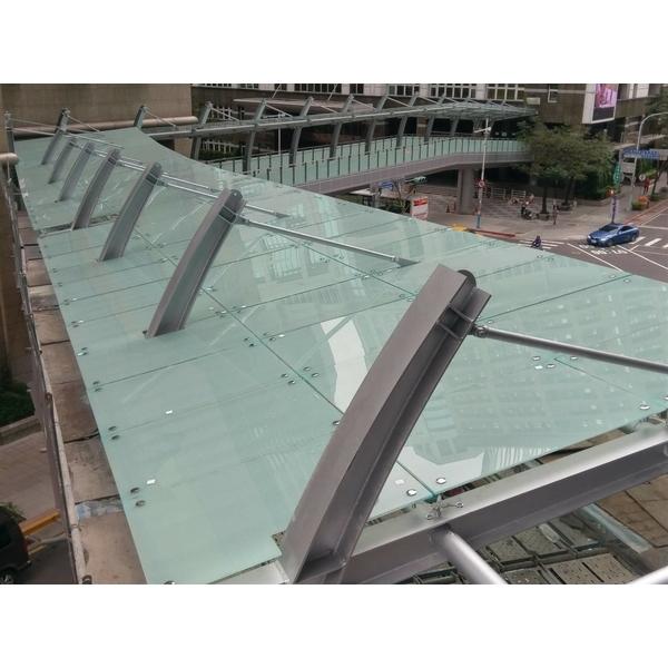 鋁包板玻璃欄杆-新府路段-新板特區空橋實景-霖園金屬工程有限公司-桃園