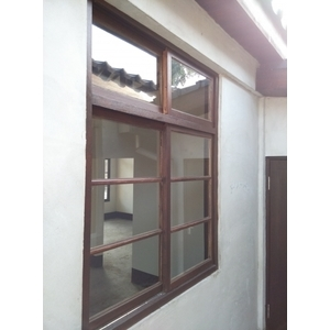 窗框施做胡桃色護木漆