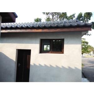 窗框與屋簷施做水性護木漆