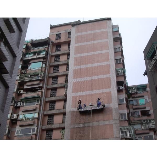 外牆清洗施工實景03-再新興業有限公司-新北
